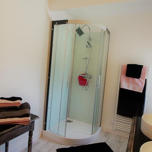la douche de la salle de bains du gîte de la ferme de Joséphine